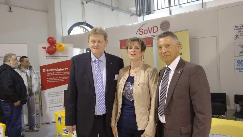Michael Wiedeburg (l) und Sabine Schwarz und Rainer Ritter von der Hauptschwerbehindertenvertretung
