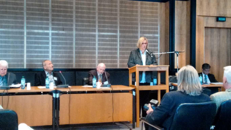 Bezirksbürgermeisterin Frau Schöttler beantwortet Fragen auf der Senioren Bezirksversammlung