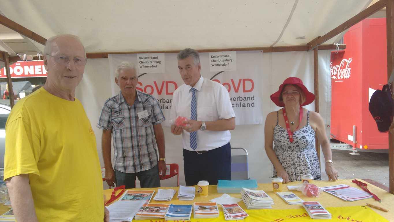 am Stand des SoVD, der Vorsitzende Bodo Feilke (l) mit StR Carsten Engelmann